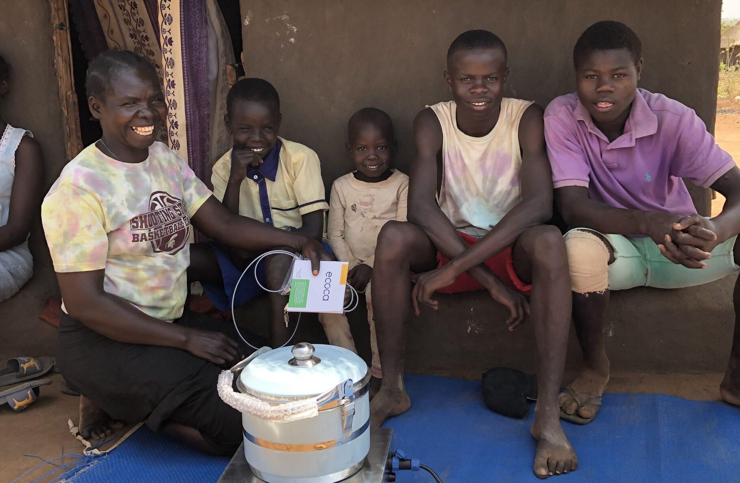 Refugee family receiving ecooker ECOA